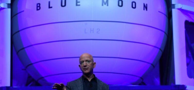 Bezos dice que Blue Origin llevará a la primera mujer a la superficie de la luna