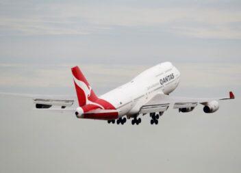 La aerolínea Qantas vende los carritos de bebida de sus Boeing 747 y resulta que están llenos de productos