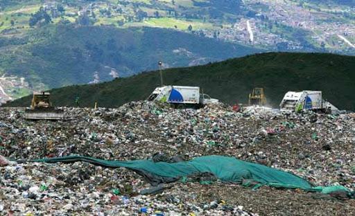 La bomba que falta por explotar viene infiltrada como basuras y lixiviados en el medio ambiente