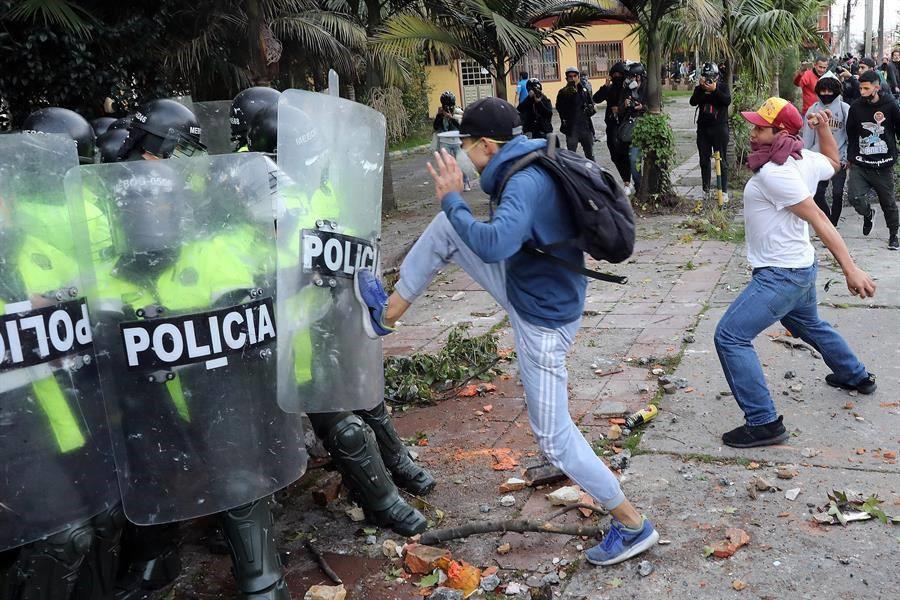 Oligarquías de izquierda y derecha agitan en los micrófonos, el pueblo se mata en las calles